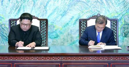 Tổng thống Moon Jae-in và nhà lãnh đạo Kim Jong-un ký văn kiện tại hội nghị thượng đỉnh liên Triều ngày 27/4.