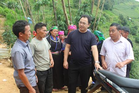Đồng chí Giàng A Câu nắm bắt tình hình đời sống nhân dân tại xã La Pán Tẩn, huyện Mù Cang Chải. (Ảnh: Minh Thuý)