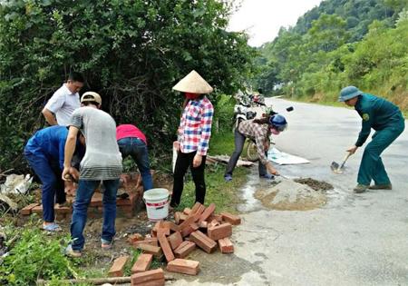Hội viên nông dân xã An Bình xây dựng bể thu gom rác thải.