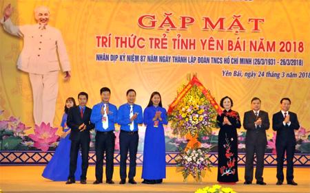 Các đồng chí lãnh đạo tỉnh tặng hoa chúc mừng các đoàn viên thanh niên, trí thức trẻ tỉnh nhà nhân dịp kỷ niệm 87 năm Ngày thành lập Đoàn Thanh niên Cộng sản Hồ Chí Minh.