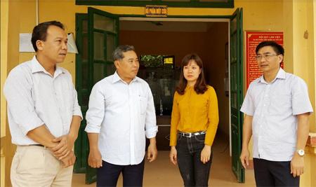 Đồng chí Nguyễn Chương Phát - Bí thư Huyện ủy Lục Yên (bên phải) cùng lãnh đạo xã Yên Thắng trao đổi về công tác xây dựng Đảng.
