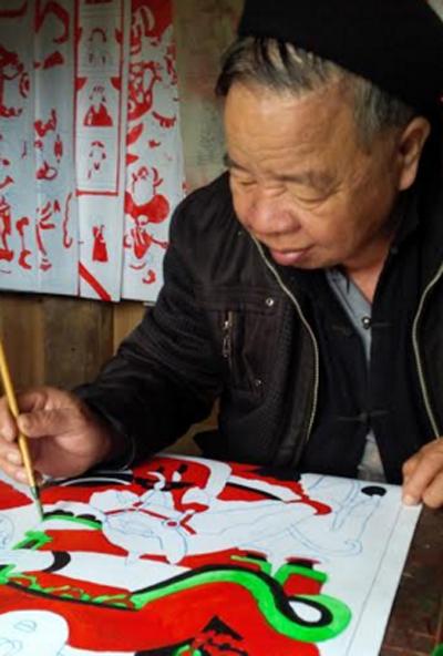 Ông Lý Hữu Vượng say sưa vẽ tranh thờ.