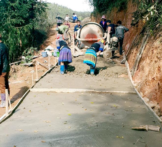 Người dân xã Nậm Khắt chung sức làm đường giao thông.