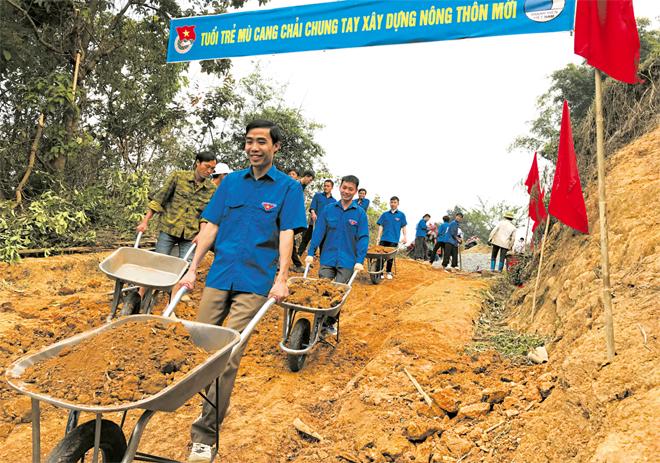 Tuổi trẻ Mù Cang Chải chung tay làm đường giao thông nông thôn. (Ảnh: Thu Trang)