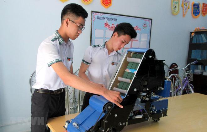 Nguyễn Hữu Thực và Trần Hoàng Nguyên với mô hình máy điều khiển tự động thu gom nông sản.