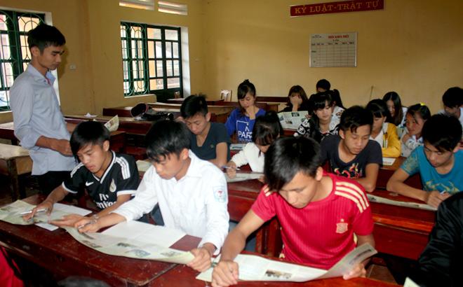 Cán bộ Trung tâm Giáo dục nghề nghiệp - Giáo dục thường xuyên huyện Trạm Tấu tuyên truyền công tác xuất khẩu lao động cho học sinh THPT trên địa bàn huyện.