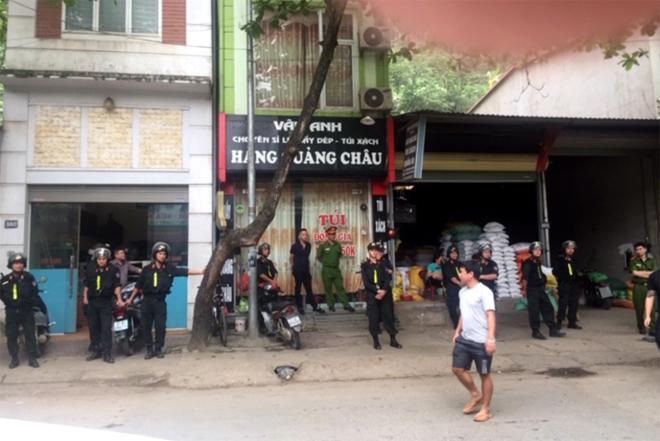 Lực lượng công an thà nh phố Yên Bái tiến hà nh khám xét nơi ở của Trần Đình Sang
