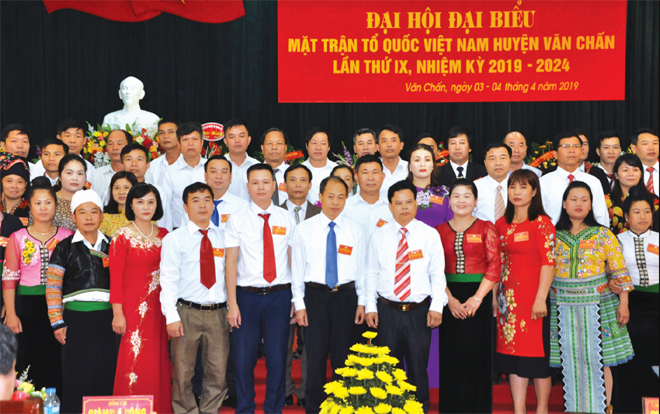 Các Ủy viên Ủy ban MTTQ huyện Văn Chấn khóa IX, nhiệm kỳ 2019 - 2024 ra mắt Đại hội.