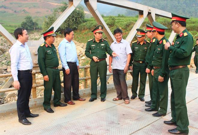 Thiếu tướng Phùng Sĩ Tấn - Tư lệnh Quân khu 2 (mặc quân phục đứng thứ 4 từ trái sang) kiểm tra thực địa tại xã Hát Lừu, huyện Trạm Tấu.
