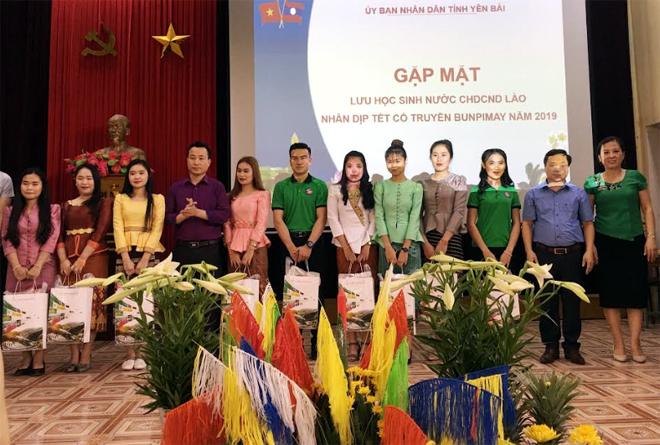Đại diện lãnh đạo các sở, ngà nh của tỉnh Yên Bái, lãnh đạo Trường Cao đẳng Sư phạm Yên Bái tặng quà cho lưu học sinh Là o.