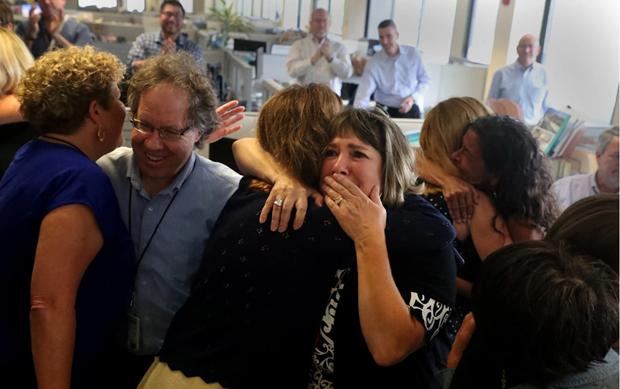 Các nhân viên tòa soạn báo The Sun Sentinel ở bang Florida bày tỏ cảm xúc khi biết tin đoạt giải Pulitzer.