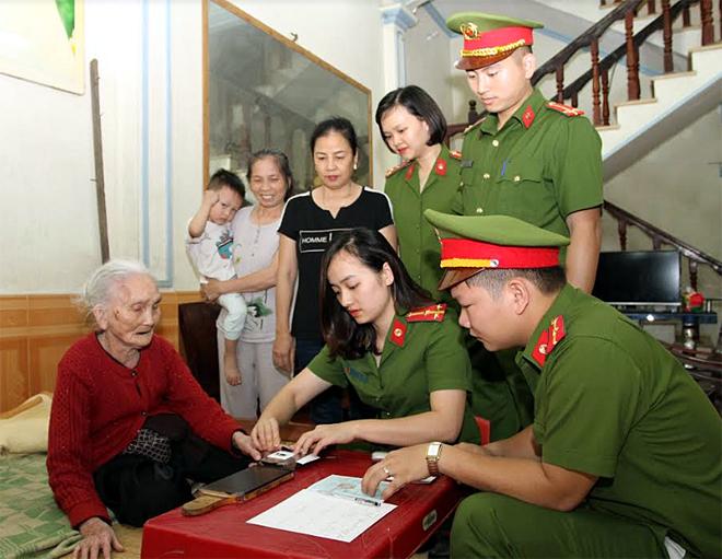 Chi đoàn Cảnh sát nhân dân III tiến hành thủ cấp chứng minh nhân dân miễn phí cho đối tượng người già yếu trên địa bàn thành phố Yên Bái.