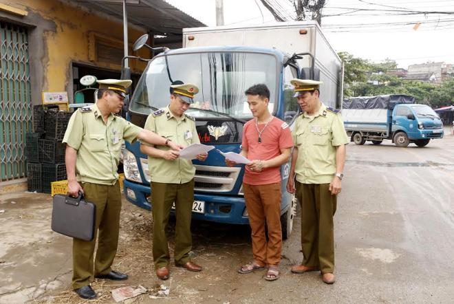 Đội QLTT số 4 kiểm tra, kiểm soát thị trường trên địa bàn huyện Văn Yên.