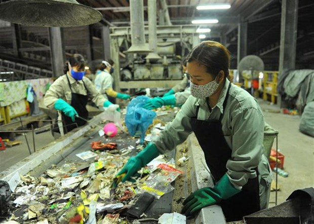 Các nhân viên của nhà máy phân loại rác thải.