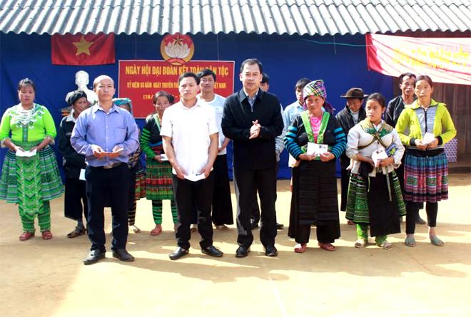 Lãnh đạo huyện Trạm Tấu tặng quà cho người dân trong Ngày hội Đại đoàn kết toàn dân tộc.
