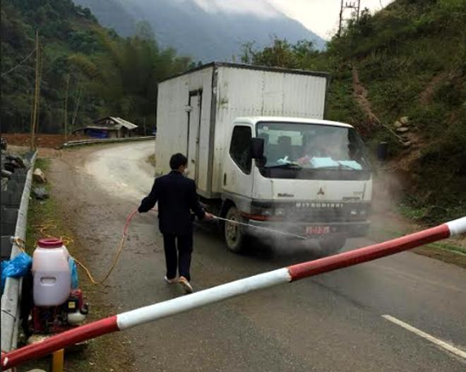 Phun tiêu độc khử trùng các phương tiện giao thông qua chốt kiểm dịch tạm thời trên địa bàn huyện Mù Cang Chải.