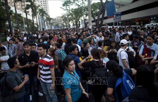 Người dân Philippines đổ ra đường phố sau trận động đất làm rung chuyển nhiều tòa nhà ở thủ đô Manila ngày 22/4/2019.