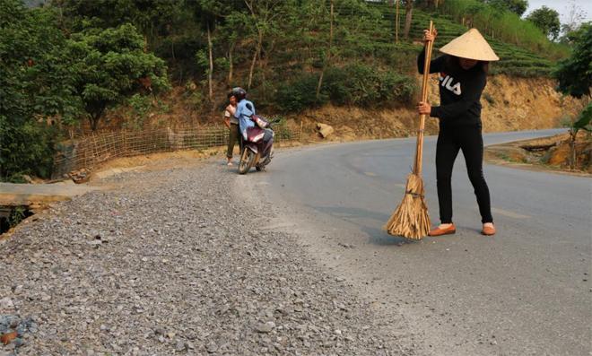 Chị Đỗ Thị Tuyết thường xuyên phải quét dọn đá dăm rơi vãi trên đường.