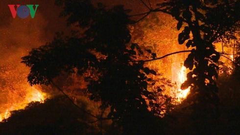 Đám cháy lan rộng trong đêm.