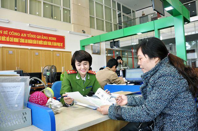 Công an tỉnh Quảng Ninh giải quyết thủ tục hành chính cho người dân (Ảnh minh hoạ).