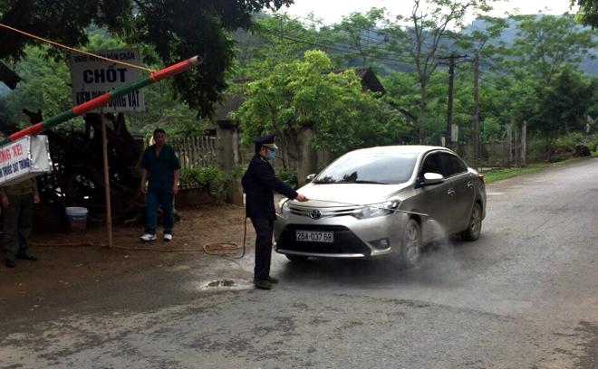 Phun tiêu độc khử trùng tại chốt kiểm dịch động vật xã Thượng Bằng La.
