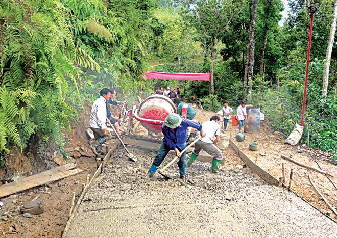 Người dân huyện Mù Cang Chải tham gia bê tông hóa đường giao thông nông thôn.