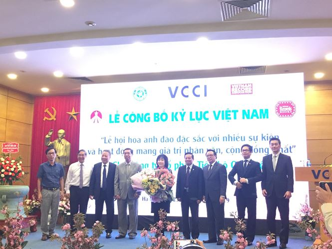 Viện sĩ - Tiến sĩ Nguyễn Thị Thanh Nhàn nhận hoa chúc mừng từ các đại diện Việt Nam và Nhật Bản sau khi nhận bằng Kỷ lục Việt Nam.