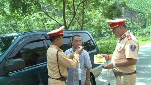 Lực lượng Cảnh sát giao thông tỉnh Yên Bái tăng cường việc kiểm tra nồng độ cồn đối với người điều khiển phương tiện tham gia giao thông.