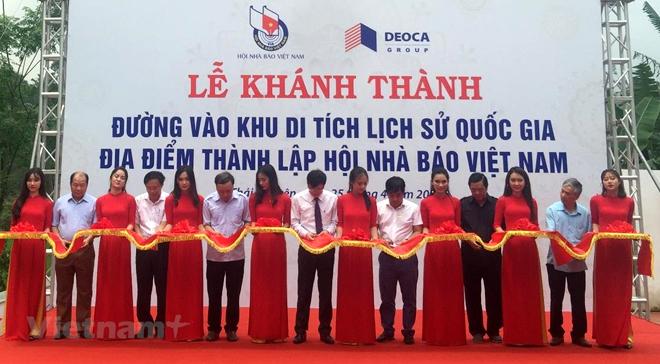 Các đại biểu cắt băng khánh thành đường vào khu di tích lịch sử Quốc gia địa điểm thành lập Hội Nhà báo Việt Nam.
