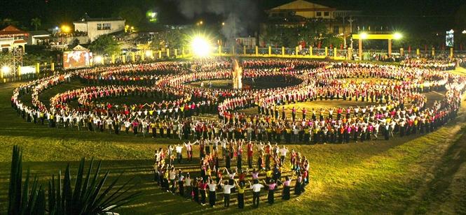 Vòng xòe đêm hội trong Tuần Văn hóa- Du lịch Mường Lò. (Ảnh: Thanh Miền)