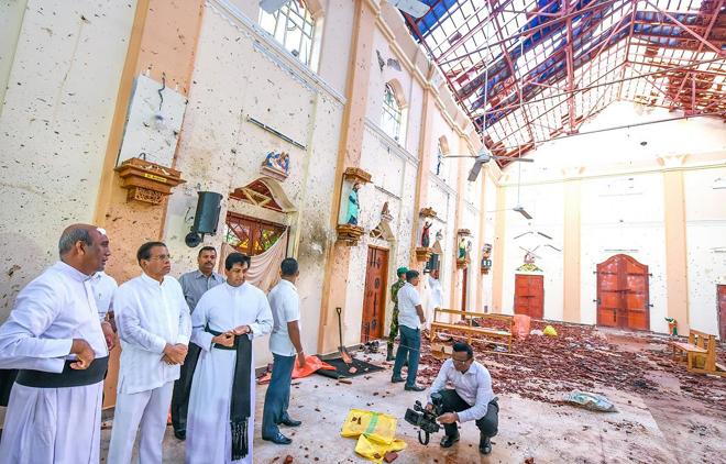 Tổng thống Sri Lanka Maithripala Sirisena (thứ 2, trái, hàng trên) thị sát hiện trường một vụ đánh bom nhằm vào nhà thờ Thánh Sebastian ở Negombo.