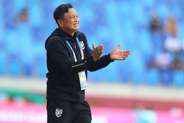 HLV Sirisak Yodyardthai không đủ điều kiện dẫn dắt đội tuyển Thái Lan ở vòng loại World Cup 2022