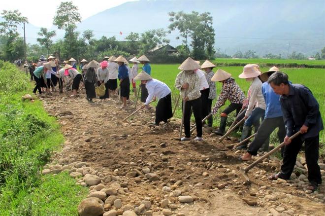 Nhân dân huyện Văn Chấn chung sức mở đường giao thông nông thôn.
