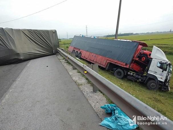 2 chiếc xe tải bị lật nghiêng, trong đó một chiếc lao xuống vệ đường.
