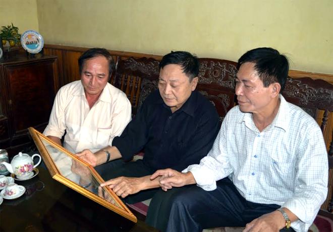Cựu chiến binh Hoàng Hữu Thắng (bên phải) nay mở văn phòng Luật sư Hoàng Thắng ở phường Hợp Minh, thành phố Yên Bái.