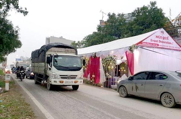 Một số đám cưới dựng rạp lấn chiếm hành lang, lòng đường giao thông ảnh hưởng đến trật tự an toàn giao thông. (Ảnh minh họa)