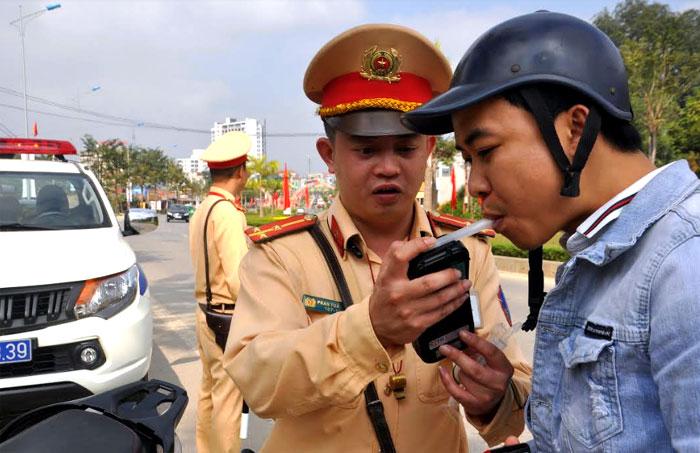 Lực lượng cảnh sát giao thông kiểm tra nồng độ cồn đối với người điều khiển phương tiện giao thông trong dịp cao điểm. (Ảnh: Quyết Thắng)