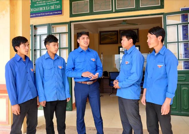 Đồng chí Giàng A Ly - Phó Bí thư Huyện đoàn Mù Cang Chải (giữa) trao đổi với cán bộ Đoàn xã Chế Tạo về công tác phát triển đảng viên.