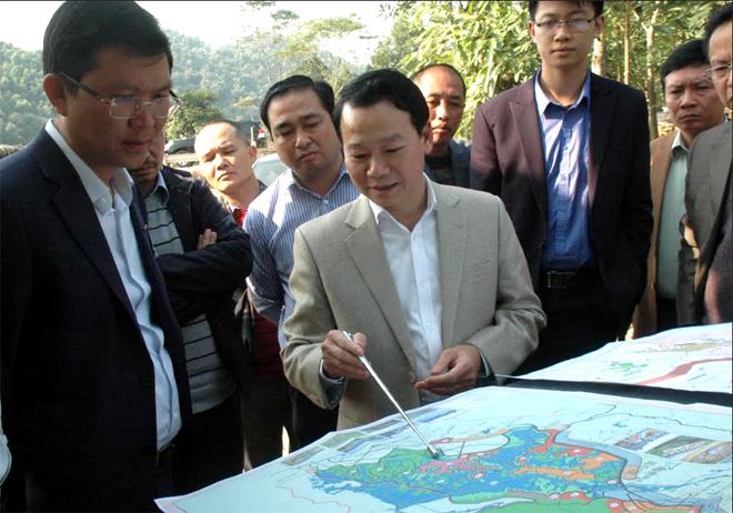 Đồng chí Đỗ Đức Duy - Phó Bí thư Tỉnh ủy, Chủ tịch UBND tỉnh giới thiệu với Tập đoàn FLC về tiềm năng phát triển du lịch sinh thái tại đầm Vân Hội.