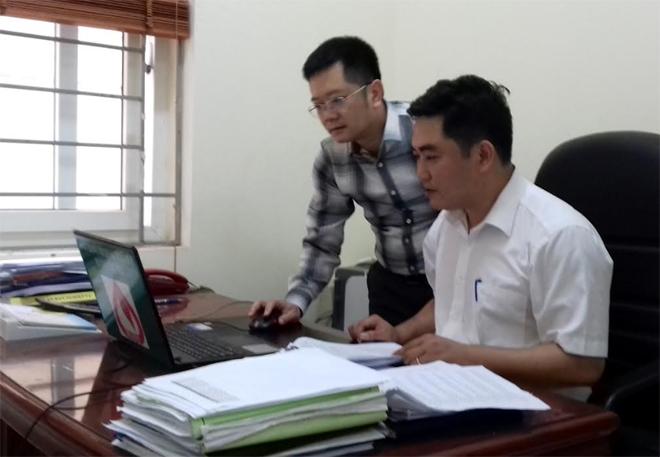 Thí sinh Chi bộ Phòng giao dịch Ngân hàng Chính sách Xã hội huyện Văn Yên tìm hiểu tài liệu chuẩn bị tham gia Hội thi.