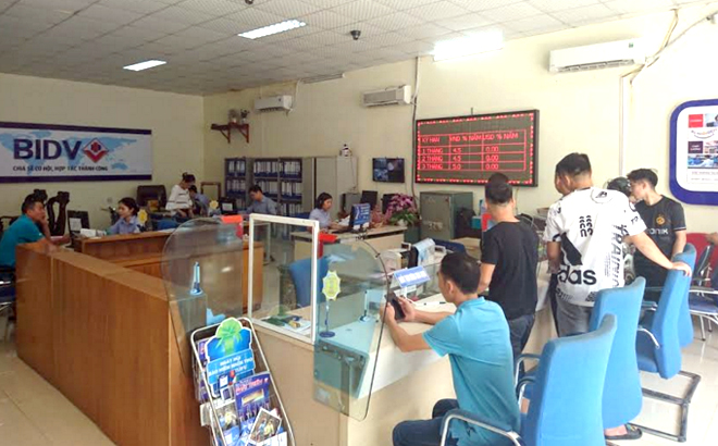 Credit packages supporting customers affected by COVID-19 epidemic are implemented at BIDV Yen Bai's transaction office.