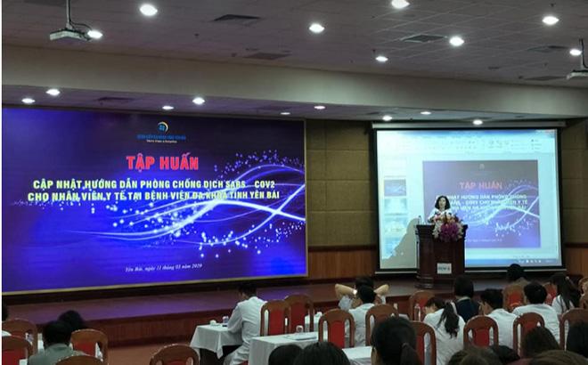 Bác sỹ chuyên khoa II Trần Lan Anh – Giám đốc Bệnh viện trong buổi tập huấn công tác phòng chống dịch COVID-19 cho toàn thể nhân viên y tế.