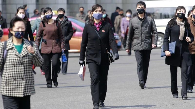 Người dân Triều Tiên đeo khẩu trang khi đi ra ngoài để ngăn ngừa dịch Covid-19.