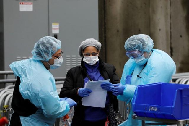 Nhân viên y tế triển khai xét nghiệm Covid-19 tại bệnh viện Brooklyn, New York.