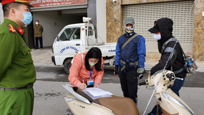 Các trường hợp ra đường không có lý do chính đáng tại Hà Nội sẽ phải nộp phạt.