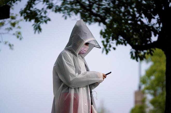 Một người mặt áo mưa chống virus corona ở Vũ Hán, tỉnh Hồ Bắc, Trung Quốc, trong ngày cả nước để quốc tang cho nạn nhân của dịch Covid-19 hôm 4/4.