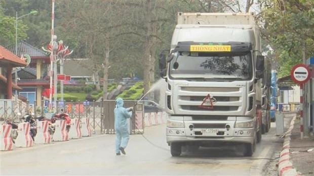 Phun khử khuẩn phương tiện tại cửa khẩu quốc tế Hữu Nghị, Lạng Sơn.