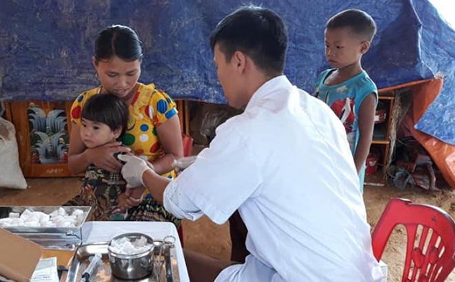 Cán bộ Trung tâm Y tế huyện Trạm Tấu tiêm phòng cho trẻ dưới 6 tuổi.