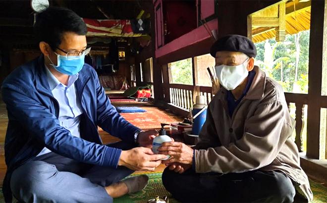 Cán bộ, viên chức huyện Lục Yên đến tận cơ sở hướng dẫn và tặng dung dịch sát khuẩn cho người dân. (Ảnh: Khắc Điệp)