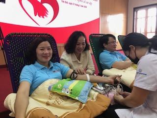 Lãnh đạo Agribank Chi nhánh tỉnh Yên Bái tham gia hiến máu tình nguyện.